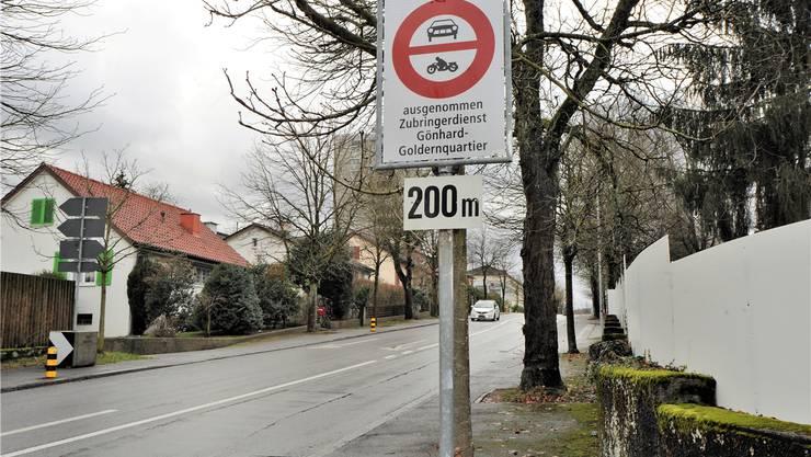 Die nachträglich angebrachte Tafel «200 m» nimmt den nördlichsten Abschnitt der Südallee vom Verbot aus.