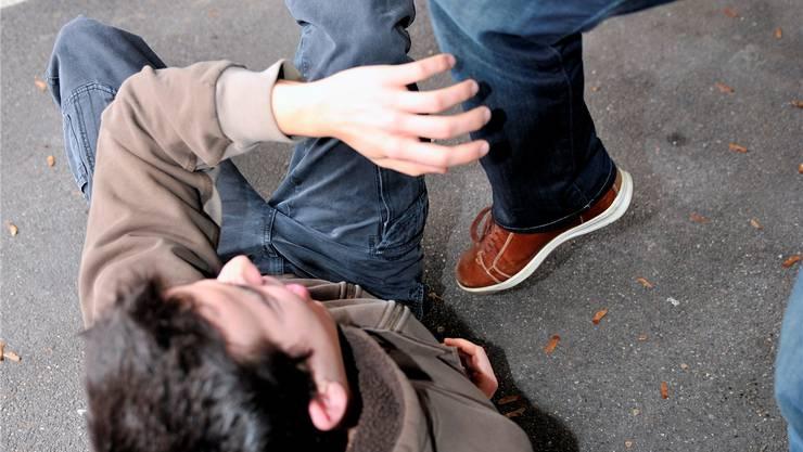 Der junge Festivalbesucher wurde nach eigenen Angaben umgestossen und getreten. (Symbolbild)