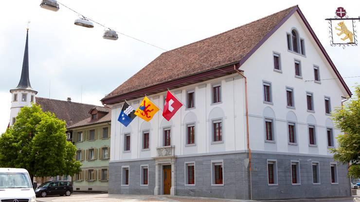 Neues Dach und neue Fassade: Das Reinacher Gemeindehaus ist ein schmuckes Gebäude.  Peter Siegrist