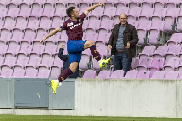 Luftsprünge: Alex Schalk bejubelt seinen Treffer zum 1:0.