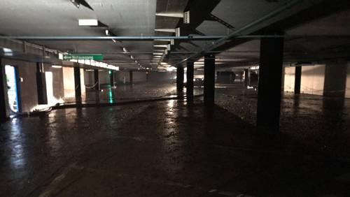 Das Wasser wurde abgepumpt, zurück bleibt der Schlamm im Bahnhofparking Zofingen