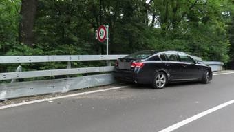 Die Autofahrerin geriet zuerst auf die Gegenfahrbahn und fuhr dann in die Leitplanke.