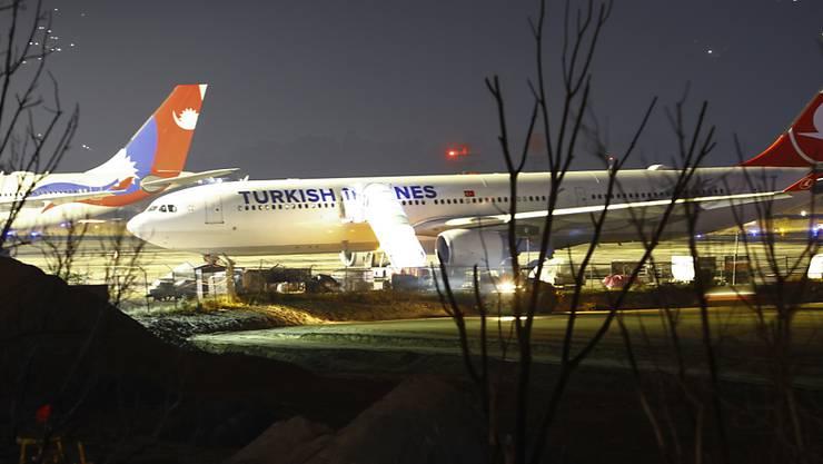 Ein wegen des Kaschmir-Konflikts im nepalesischen Kathmandu gestrandeter Flieger der Turkish Airlines. Pakistan und Afghanistan schlossen ihre Lufträume.