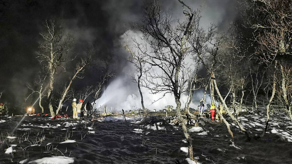 HANDOUT - Das von der norwegischen Polizei veröffentlichte Foto zeigt Feuerwehrleute, die den Brand in einer Hütte löschen. Foto: ---/Norway Police Department/AP/dpa - ACHTUNG: Nur zur redaktionellen Verwendung und nur mit vollständiger Nennung des vorstehenden Credits