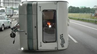 Der Wohnwagen blieb mitten auf der Autobahn liegen