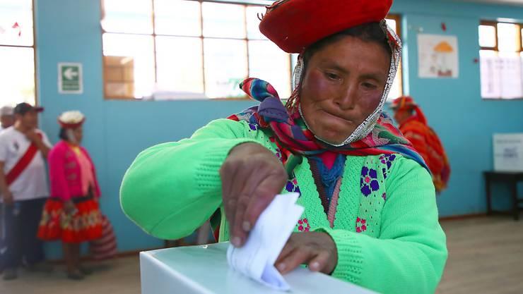Eine indigene Frau bei der Stimmabgabe in Cusco in Peru.