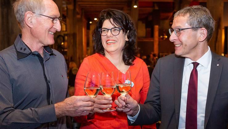 Anstossen auf die Fusion und das neue Jahr (v. l.): Jürg Meyer (Ex-Vizeammann Schinznach-Bad), Barbara Horlacher (Stadtammann Brugg) und Regierungsrat Urs Hofmann.