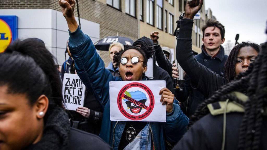 Sie sehen in den schwarzen Pieten ein Symbol der Sklavenzeit sowie der Diskriminierung von Menschen mit dunkler Hautfarbe: Protestierende in Meppel im Osten der Niederlande