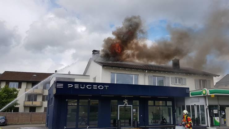 Die Flammen schossen aus dem Dach.