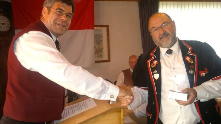 Urs Bloch, Biberist gratuliert dem neuen Freimitglied Res Affolter vom BKJV