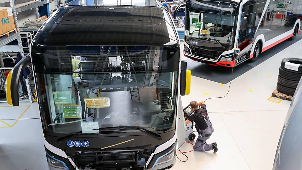 Volkswagen will bei seiner Lkw- und Bustochter MAN in Deutschland und Österreich bis zu 9500 Stellen streichen und damit 1,8 Milliarden Euro sparen. (Archivbild)