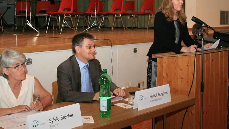 Rechenschaft abgelegt: Vorstandstisch mit Sylvia Stocker, PatrickBurgherr und Präsidentin Regula Senn (v.l.) pro