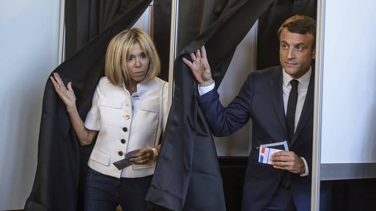 Macron bei der Wahl mit seiner Frau Brigitte. Sein Partei «La République en Marche!» gilt als Favorit.