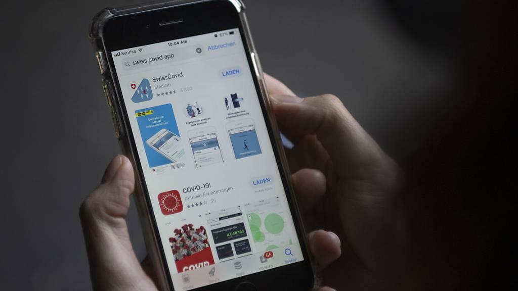 Um ihren Nutzen zu entfalten, haben zu wenige Menschen die Contact-Tracing-App installiert. Nur ein Grund dafür ist gemäss einer ZHAW-Umfrage die Angst vor Überwachung. (Symbolbild)