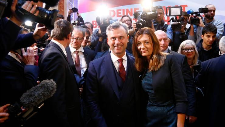 Damals strahlte er noch verhalten: FPÖ-Kandidat Norbert Hofer mit Frau Verena am 2. Dezember 2016.