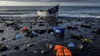 ARCHIV - Ein Holzboot, mit dem Flüchtlinge aus Marokko über den Atlantischen Ozean gefahren sind, liegt an der Küste der Kanarischen Inseln. Foto: Javier Bauluz/AP/dpa