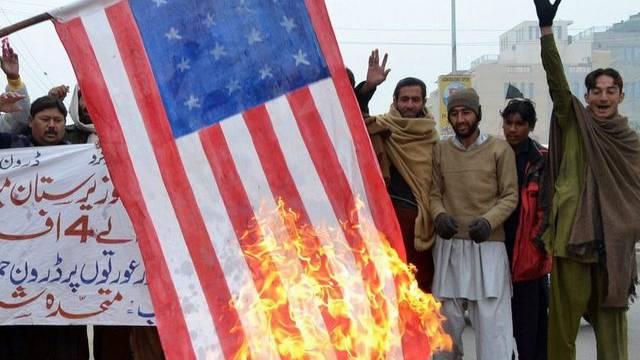 Nach den Drohnenangriffen verbrennen Männer in der pakistanischen Stadt Multan eine selbstgebastelte US-Flagge