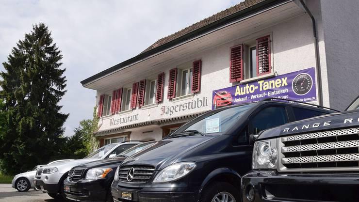 Mit dem Bezug der Asylunterkunft kommen die Autos vor dem ehemaligen Restaurant Jägerstübli weg.