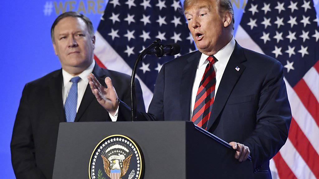US-Aussenminister Mike Pompeo (links) und Präsident Donald Trump (rechts) haben die Erfolgschancen ihres lange angekündigten, aber bisher unveröffentlichten Nahost-Friedensplanes in Zweifel gezogen. (Archivbild)