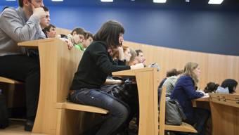 Das Baselbieter Parlament besteht auf höhere Studiengebühren für Ausländer.