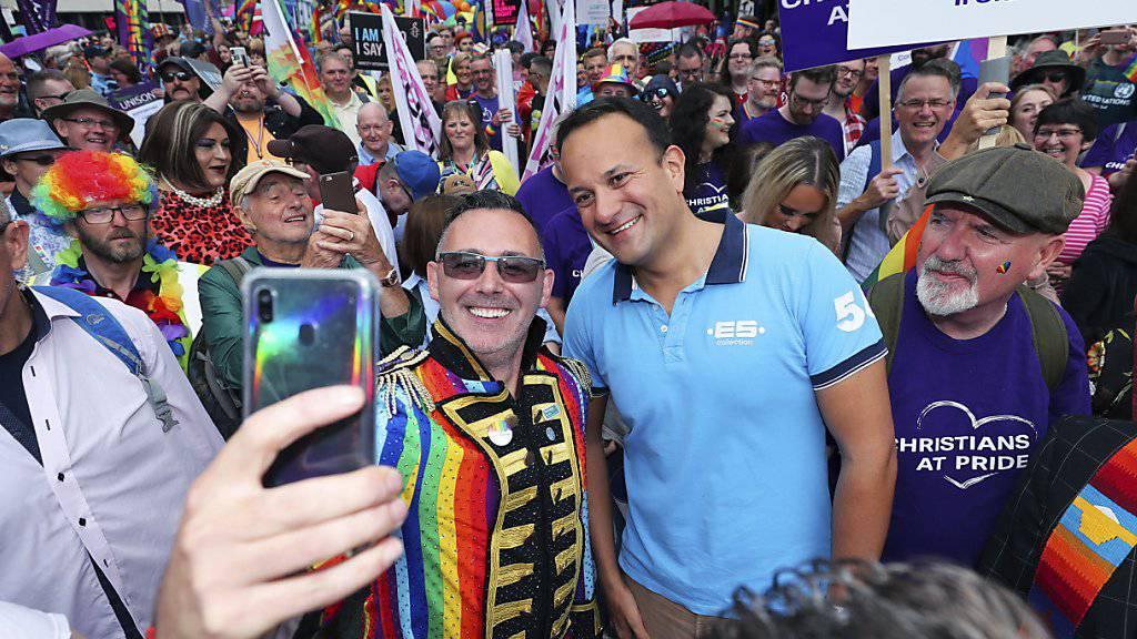 Marschiert in der Pride-Parade in Belfast auch mit: Irlands Taoiseach oder Premierminister Leo Varadkar (im hellblauen T-Shirt).