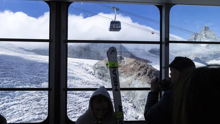 Der Blick aus der alten Gondel auf die neue, die mit Glasboden und geheizten Sitzen den Weg aufs Klein Matterhorn zur komfortablen Sightseeing-Tour werden lässt.