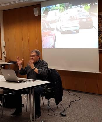 Markus Werder zeigt Situationen aus dem Strassenverkehr