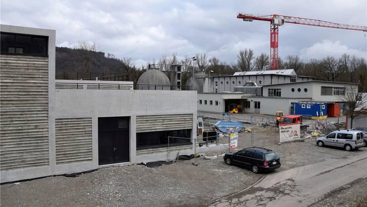 In der sanierten Anlage kann künftig das Abwasser von rund 80000 Einwohnern behandelt werden. Im Gebäude links befindet sich die neue Biofiltration. mhu