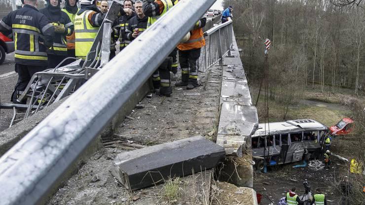 Die Rettungskräfte besprechen ihren Einsatz nach dem Busunglück