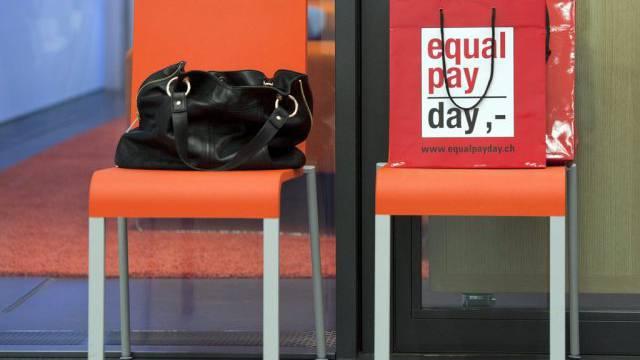 Eine Tasche mit Aufdruck zum Tag der Lohngleichheit. (Symbolbild)