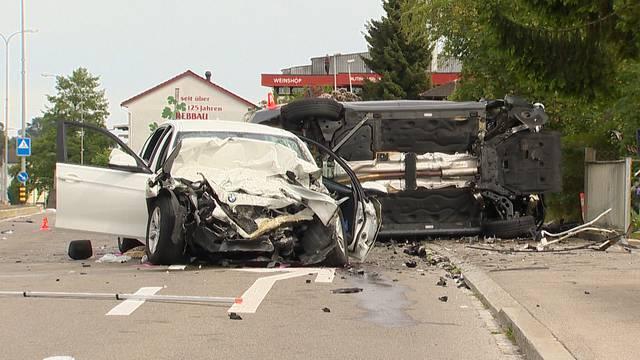 Autounfall fordert 1 Toten und 3 Schwerverletzte
