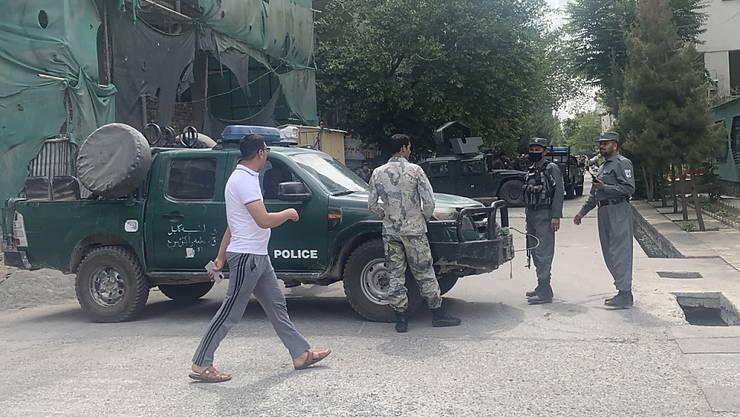 Polizisten sperren Mitte Juni nach einem Bombenanschlag in Kabul eine Straße ab. Foto: Rahmat Gul/AP/dpa