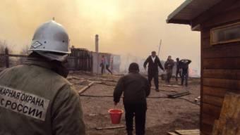Das Feuer brach durch Abbrennen von Steppengras aus