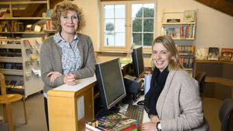 Bis im Frühling erklärt Marianne Hauser (links) ihrer Nachfolgerin Michèle Hänseler die Aufgaben und Abläufe in der Gemeindebibliothek Weiningen.