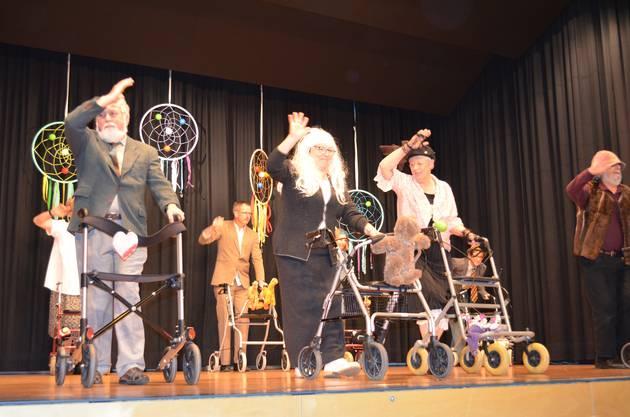Einen witzigen Rolllator-Tanz zeigen die Frauen- und Männerriege.