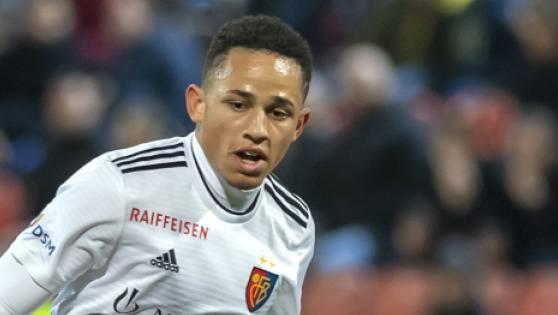 Noah Okafor verlängert beim FC Basel.