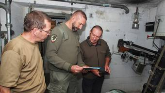Vereinsmitglied Michael Mohler zeigt das Wartungsbuch, das er entdeckt hat.