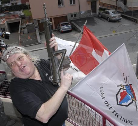 2007 feiert Bignasca das Wahlresultat seiner Partei mit Gewehrsalven