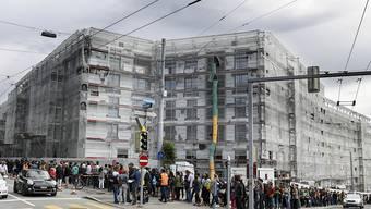 Wird in näherer Zukunft nicht besser: Gigantische Schlange bei der Wohnungsbesichtigung im Kreis 6, 2016. Bild: Walter Bieri.