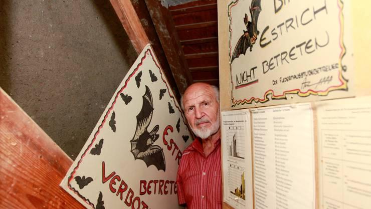 Anton Zappa im Dachstock der Psychiatrischen Klinik Langendorf. Er freut sich, dass die Fledermäuse zurück sind. hanspeter Bärtschi