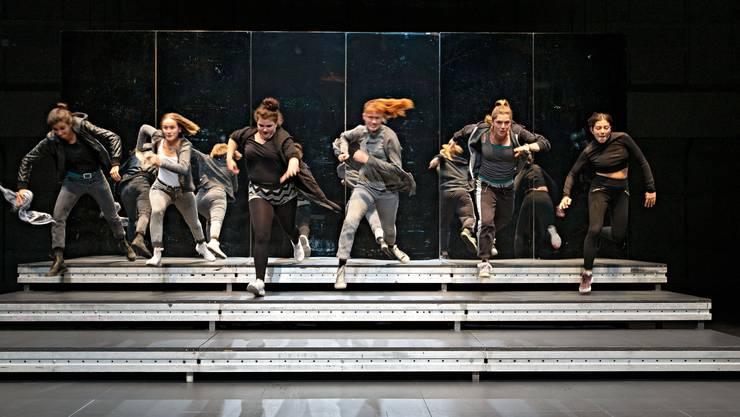 Die sechs jungen Darstellerinnen in Suna Gürlers Inszenierung «Flex» eröffneten das Festival am Mittwochabend im Zürcher Schiffbau mit einer Auseinandersetzung übers Frausein.
