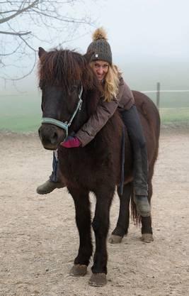 Blickt nach vorne: Lea Sigmarsson, Islandpferdehof-Betreiberin, auf Náttfari.