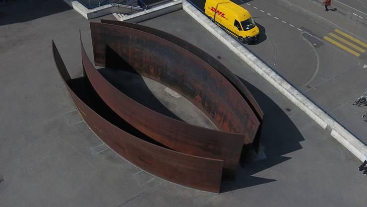 Wuchtig in Grösse und Geruch: Die Plastik «Intersection» von Richard Serra auf dem Theaterplatz.