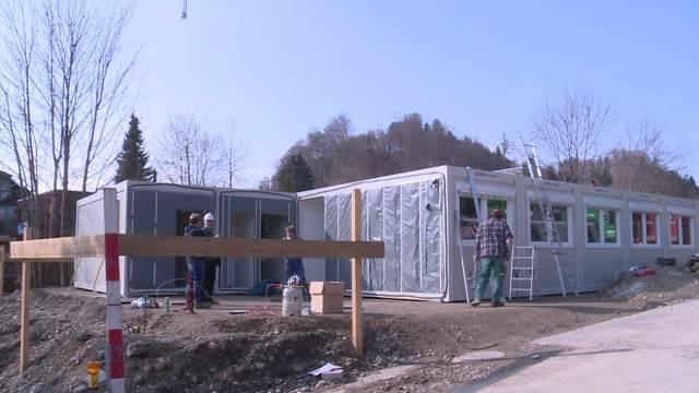 Container für Asylsuchende sind da