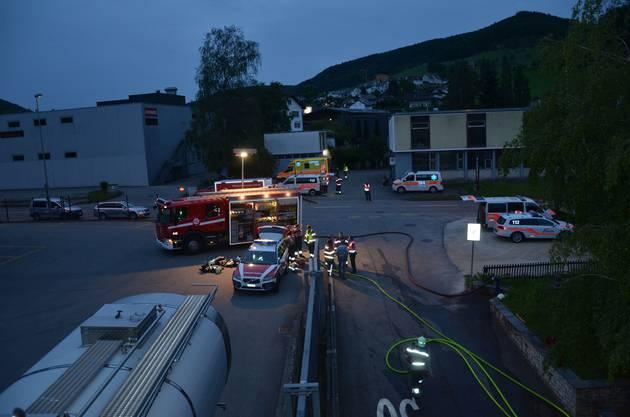 Sissach BL, 14. Juni: Kurz nach 20.30 Uhr kam es in der Asylunterkunft in Sissach aus noch unbekannten Gründen zu einem Feuer. Die Feuerwehr hatte den Brand rasch unter Kontrolle. Drei Personen mussten mit Verdacht auf Rauchvergiftung ins Spital gebracht werden.