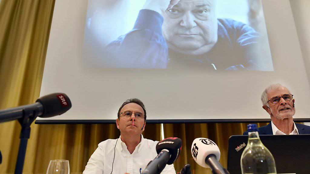 Markus Zangger (links) und der Journalist Hugo Stamm stellen das Buch vor, in dem Missbrauchsvorwürfe gegen den Pädagogen Jürg Jegge erhoben werden.