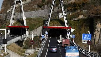 Ein Geisterfahrer der besonderen Art ist in der Nacht auf Freitag in der Autobahn-Galerie der A9 bei St-Maurice im Wallis gestoppt worden: Ein 24-jähriger Afghane war dort mit dem Velo in falscher Fahrtrichtung unterwegs. (Archivbild)