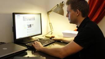 Max Schrems sitzt in Wien an seinem Computer (Archiv)