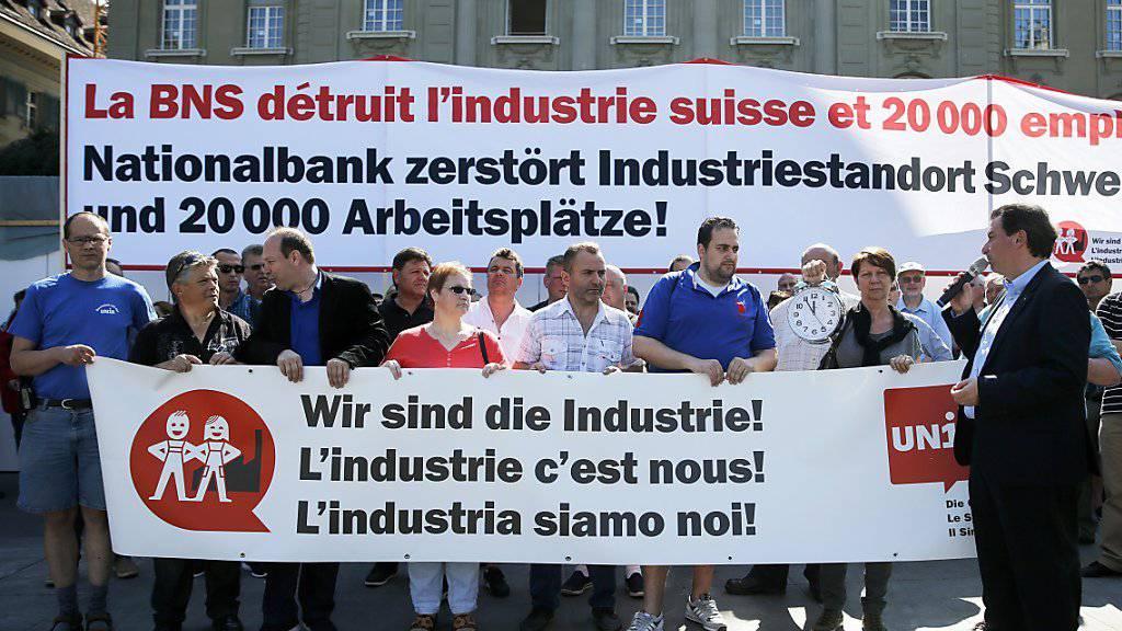 Bereits im Juni demonstrierte die Unia vor der Nationalbank. Nun setzt die Gewerkschaft auf die Hilfe der Arbeitgeber, um die SNB zu einem neuen Mindestkurs zu zwingen.