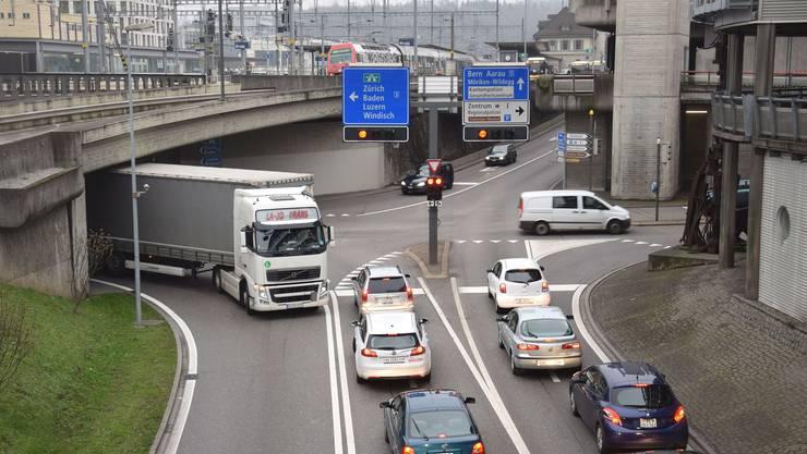 Brugg leidet besonders stark unter dem Durchgangsverkehr. Hier die stark befahrene Neumarkt-Kreuzung.